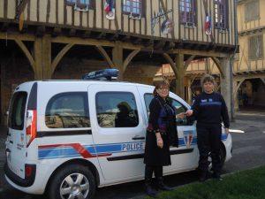Madame le Maire remet la clé du véhicule de fonction à la police municipale.