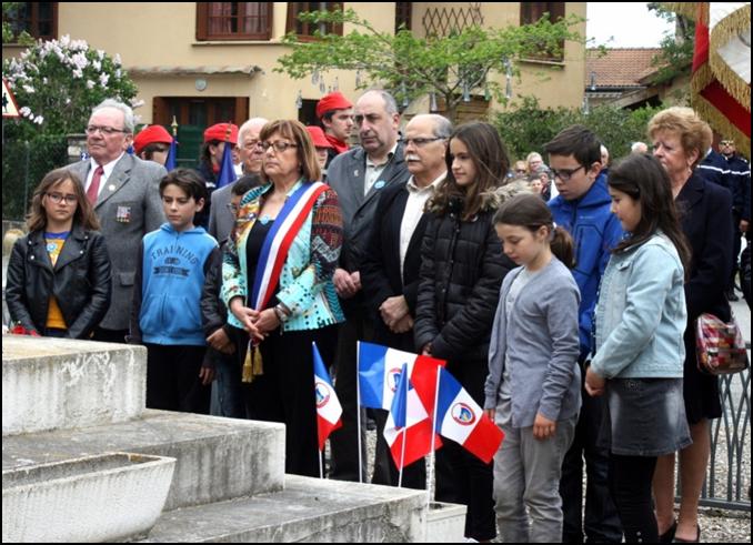 Nicole QUILLIEN, maire, Pierre GARCIA, 1er adjoint et Jacques ESCANDE, conseiller municipal, entourés par les jeunes élus du Conseil Municipal Enfants et les représentants des associations d'anciens combattants.
