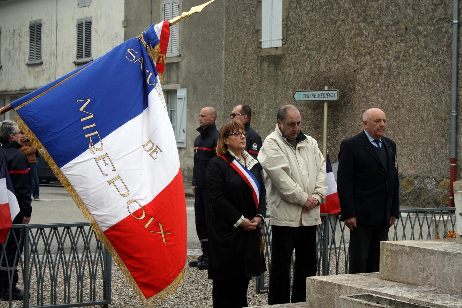 Moment de recueillement devant le monument aux morts pour Nicole QUILLIEN, maire, Jacques ESCANDE, conseiller municipal, et Yves BACHE, représentant de l'association des anciens combattants.