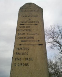 Borne impériale qui indique la direction de Carcassonne