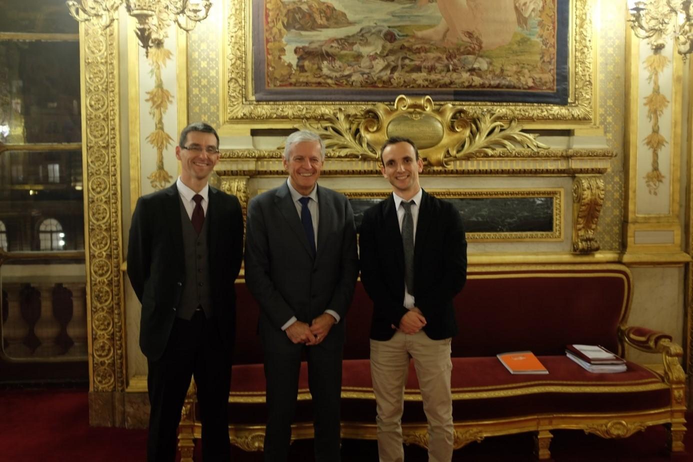 De droite à gauche : Fabien GUICHOU, Alain DURAN, et Stéphane BOURDONCLE dans la salle des Conférences au Sénat.